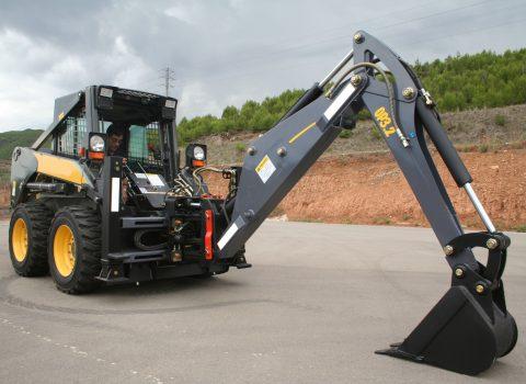 Arriendo de minicargador con brazo excavador para proyectos de construcción